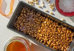 Moule avec la préparation pour barres de céréales au riz