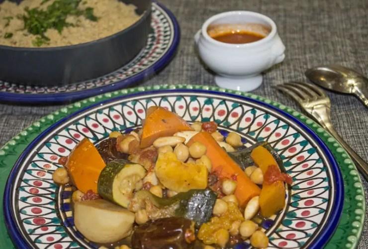 Tajine aux légumes et aux fruits secs et couscous