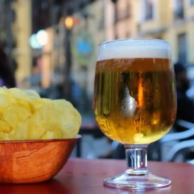 Verre de bière et chips à Madrid