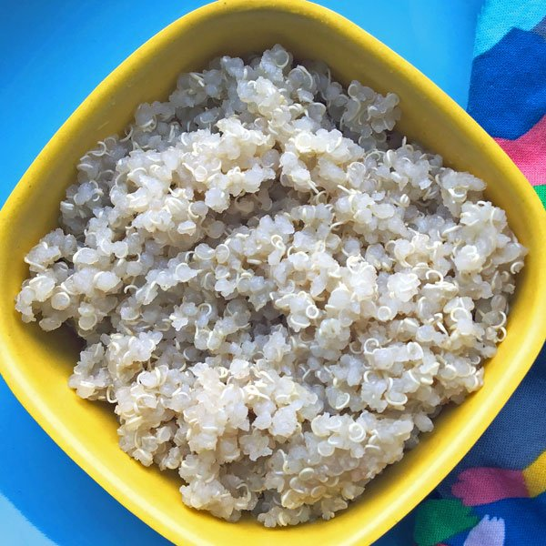 tasse de graines de quinoa blanches cuites