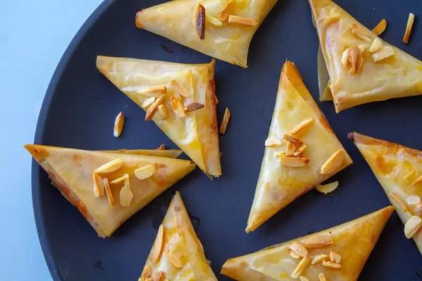 Assiette de petites samoussas à la crème aux amandes et fleur d'oranger