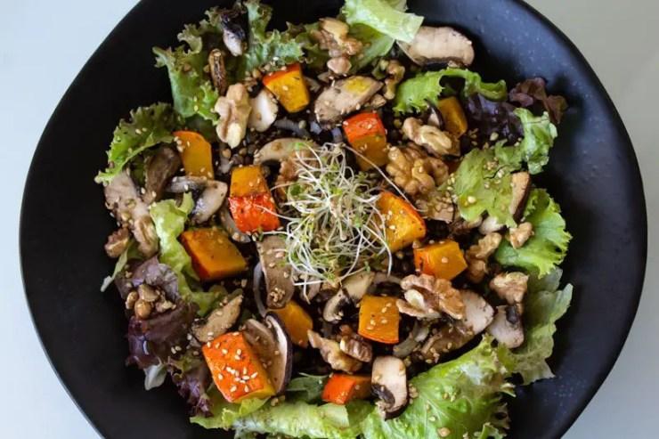 Salade d'automne au potimarron, champignons, lentilles, et graines rôtis