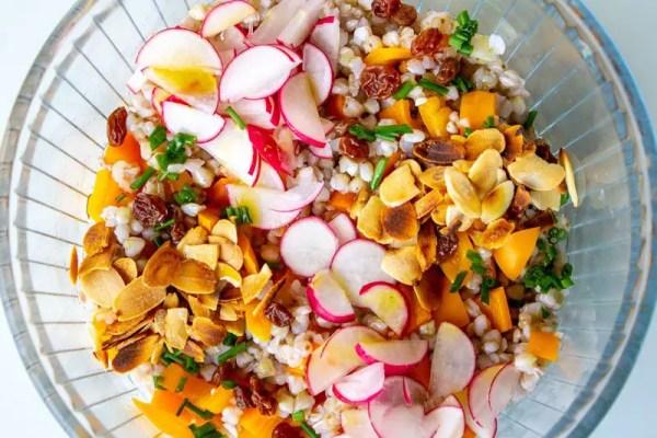 Salade fraîche composée aux graines de sarrasin