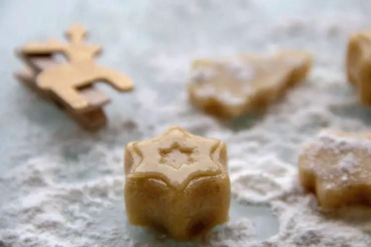 Sujets en pâte d'amandes au miel, étoile et sapins