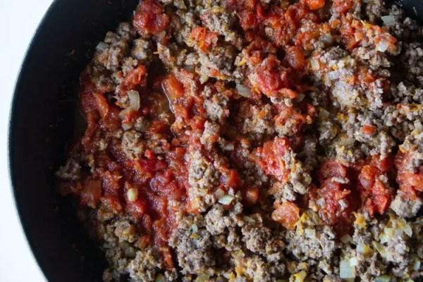 Ajout des tomates de la bolognaise