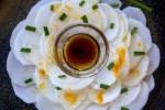 Carpaccio de navet cru méditerranéen sur assiette