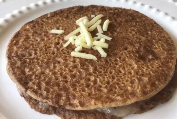 Petite crêpe de sarrasin et pois chiches au fromage