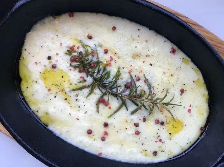 Petits fromages de brebis gratinés