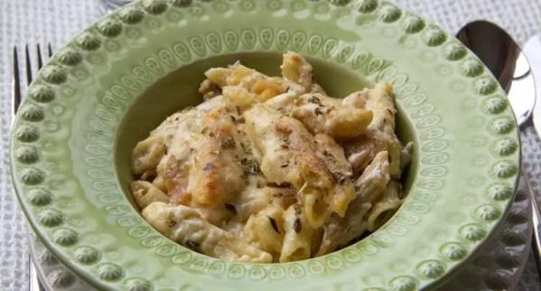 Assiette de gratin de pâtes aux oignons