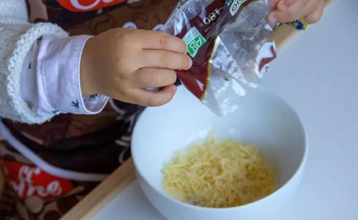 Verser le fromage râpé
