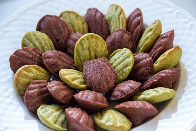 Assiette de Mini-Madeleines au Matcha et au cacao