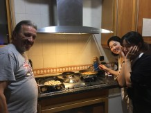 Werner heating up curry wurst, Seung Ah and Jinny busy with Tteokbokki.