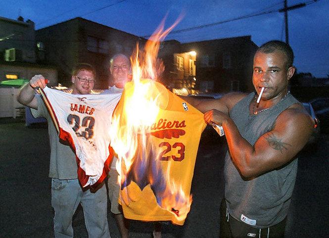 Torcedores dos Cavs queimando a camisa de James
