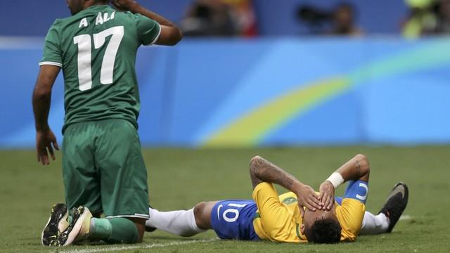 Neymar se lamenta: Brasil joga muito abaixo do esperado nas Olimpíadas. Foto: Globo Esporte