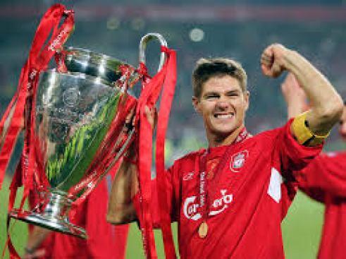Gerrard com o troféu de campeão da Champions League de 2005