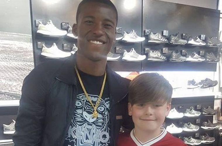 Jogador do Liverpool tem linda atitude de bondade com torcedor mirim ... 83a15444dc62b