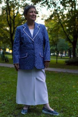 Kékfestő blézer hosszú fehér szoknyával