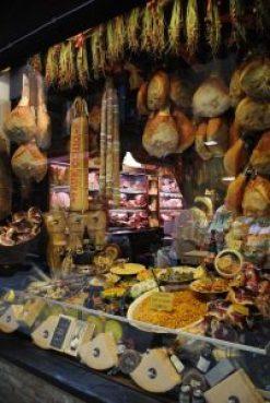 Foto del mercato di Bologna, Italia. La foto ritrae il bancone degli affettati e dei formaggi emiliani. In particolare la famosa mortadella bolognese