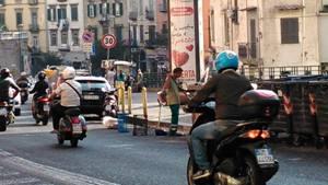 Conducenti di moto con il casco a via S. Rosa