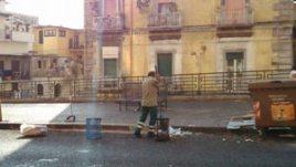 Uno spazzino che pulisce la strada