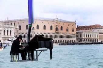 Pianista sulla laguna per il Carnevale di Venezia 2015