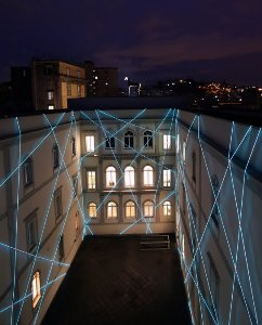 Installazione_di_Giovanna_Bianco_e_Pino_Valente_nel_cortile_interno_del_Museo_Madre_di_Napoli_(2009)