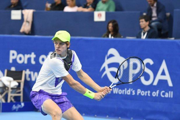 ATP Tour. Andy Murray torna a vincere. Occhi sulla palla e preparazione ampia. Con il suo ottimo rovescio Jannik Sinner ha raggiunto la semi a Antwerp e sta scalando la classifica ATP.