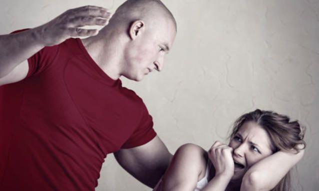 Risultati immagini per donna picchiata