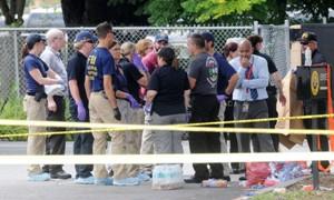 Le famiglie delle vittime dopo la strage.