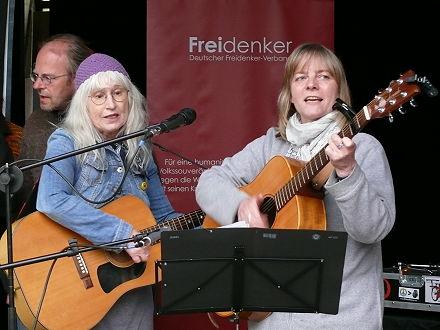 Sonja Gottlieb mit Workshop-TeilnehmerInnen (150 Jahre Arbeiterbewegung und Arbeiterlied) auf der Bühne Quelle: nrhz.de / arbeiterfotografie.com
