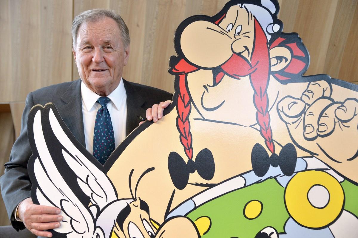 Il fumettista francese Albert Uderzo ritratto insieme alle sue creature: Asterix e Obelix