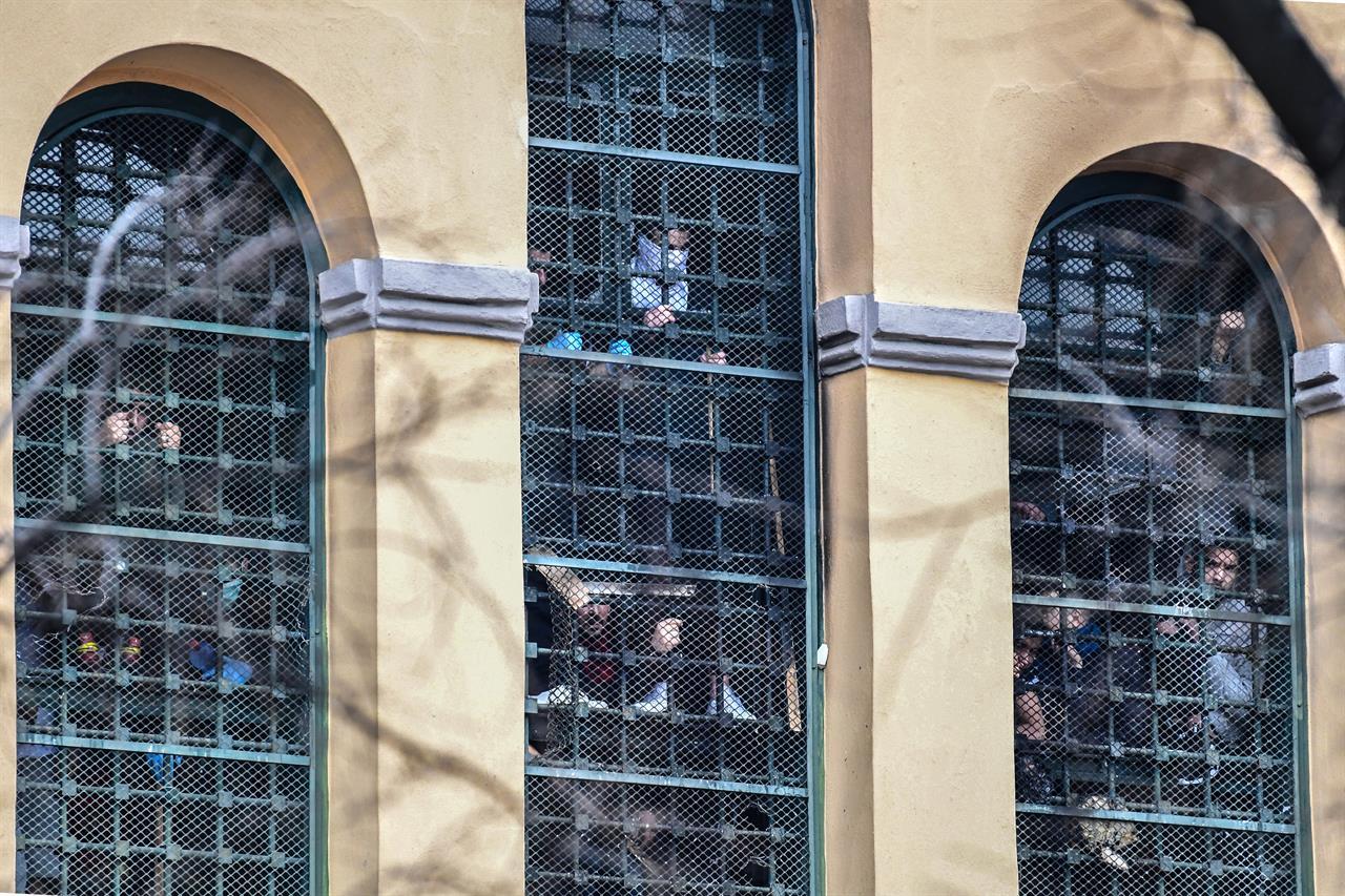 Lavorano Spesso Alle Finestre cosa c'è dietro le rivolte nelle carceri italiane (il