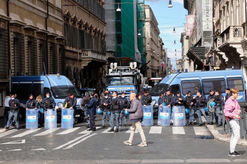 Militari in strada | Draghi sconfessa il Viminale sui tamponi gratis ai portuali di Trieste – Linkiesta.it