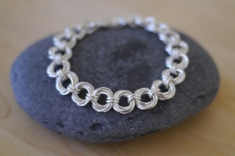 Learn how to make your own elegant and beautiful spiral chain bracelet with these simple DIY tutorial. It makes a beautiful gift idea for that special woman in your life!