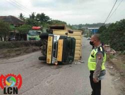 Truk Box Tidak Kuat Menanjak mundur lalu Terguling, Polsek Ciwandan Polres Cilegon Polda Banten Datangi TKP