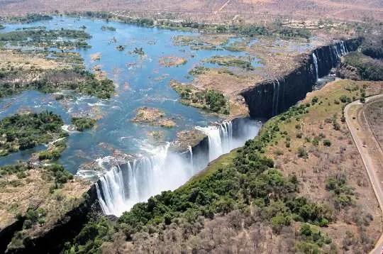 chute de victoria, zimbabwe, octobre 2002. situées sur le fleuve zambèze, qui