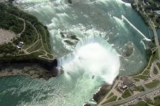 vue aérienne des chutes du niagara, canada, juin 2005. ces puissantes chutes