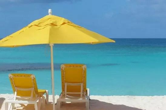 la plage de shoahl bay sur l'île d'anguilla dans les caraïbes.