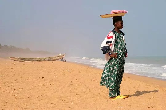 regard vers l'horizon sur la plage de ouidah au bénin.