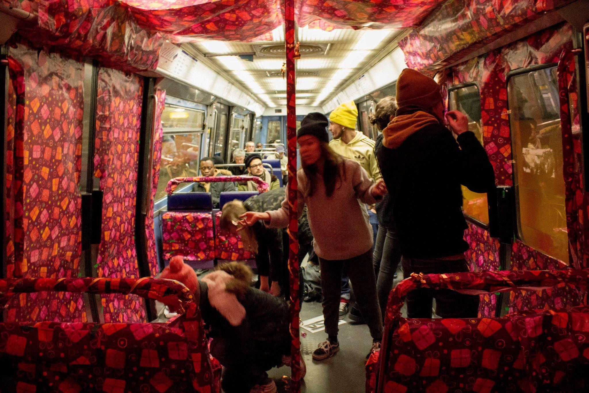 Ligne 8 Une Rame De Mtro Parisien Emballe Par Des