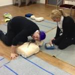 Övning med defibrillator på provdocka  med personal från Mc Donalds.