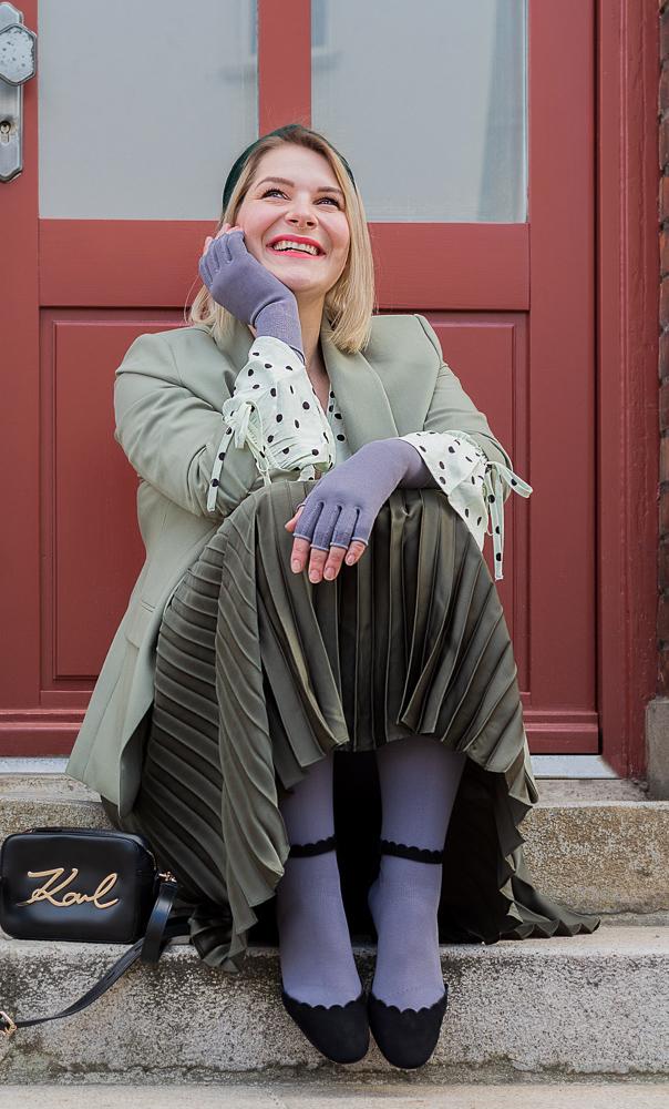 Lipedema fashion mediven 550 gray spring easter pleated skirt plus size blogger caroline sprott lymphedema compression compression lipedema lymphedema fashion muck out wardrobe