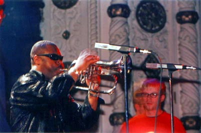 """Ron Haynes and MCB at the """"Here's the Deal"""" CD-release party, Metro, Chicago, Apr. 29, 2000 (Photo by Mike Rosley)."""