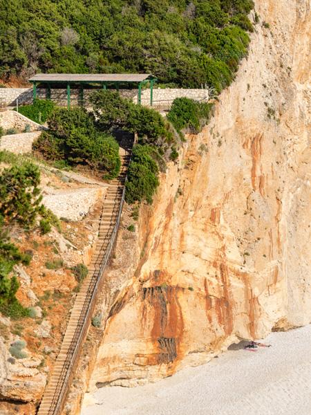 De toegang tot het strand van Porto Katsiki, alleen per hoge trap te bereiken.