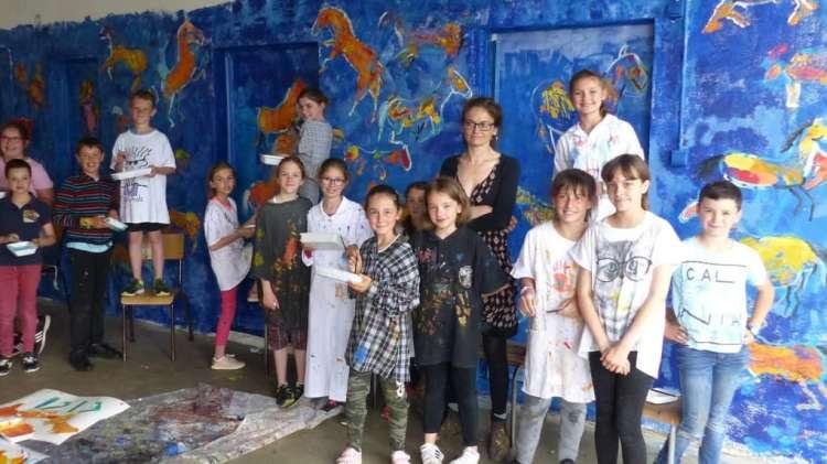 Liska Llorca a montré aux élèves comment libérer le mouvement des chevaux dans cette fresque - © Photo NR
