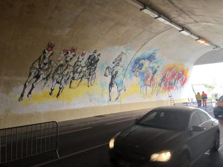 LiSKa LLoRCa a terminé en une semaine la réalisationd'une fresque équestredans le tunnel de la rue Jean-Paul-Hugot, à Saumur.