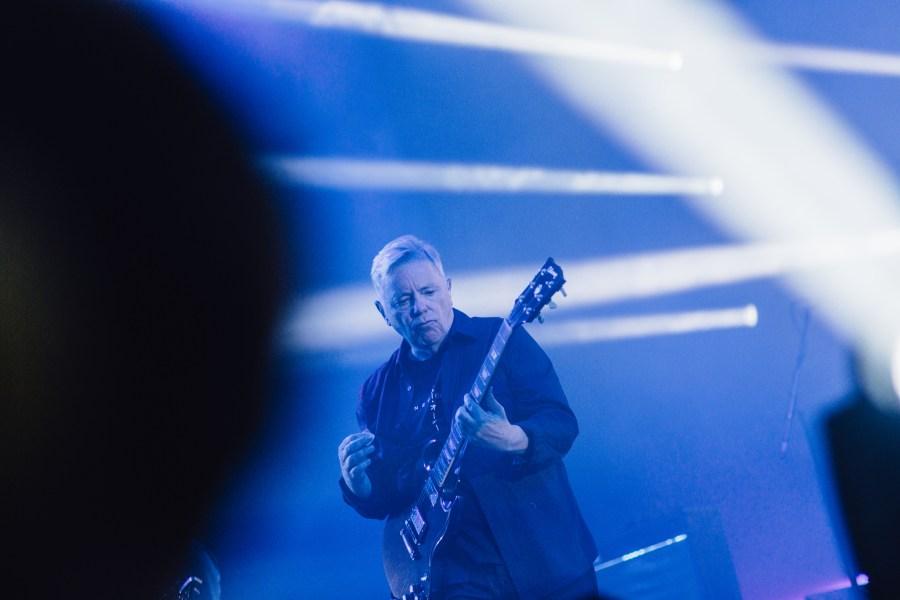 ברני מ-New Order: ציניקה והתעלות (צילום: Flow Festival / Sami Heiskanen)