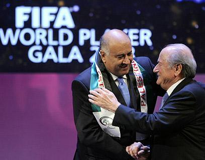 Dżibril Radżab z Przewodniczącym FIFA Seppem Blatterem. (Photo: AFP)