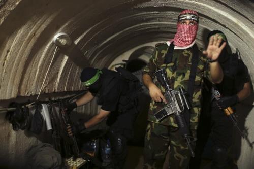 Wojownik Hamasu w podziemnym tunelu w Gazie w sierpniu 2014 r. podczas wycieczki dla dziennikarzy Reutersa (Mohammed Salem/Reuters)