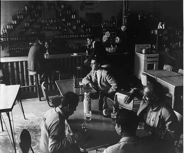 """Foto: Vargas Llosa en el mítico bar """"La Catedral""""."""